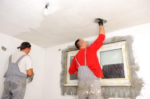 Монтаж плинтусов правильно выполнять после полного выравнивания потолка и стен, но до их отделки