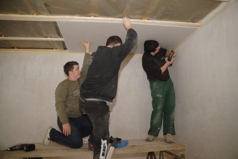 Монтаж потолков гипсокартонных лучше выполнять с прочных лесов