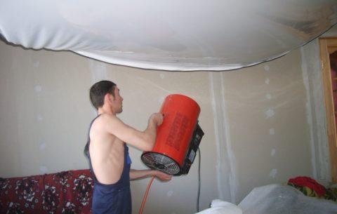 Монтажникам приходится несладко, особенно в жаркие летние дни