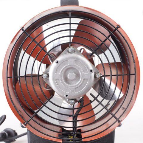 Мощный вентилятор эффективно перегоняет воздушный поток через цилиндр