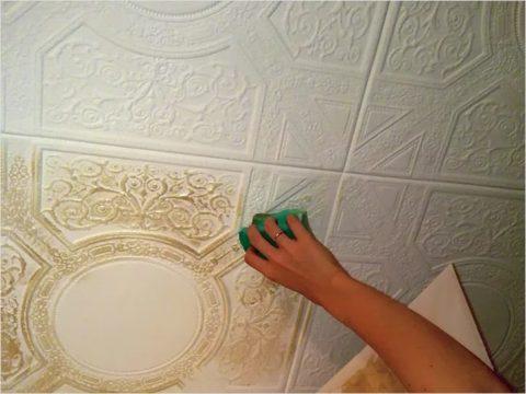 Мытье потолка из пенополистироловой плитки