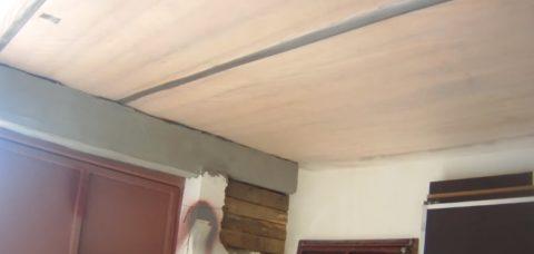 На деревянном перекрытии закрепляется пленка
