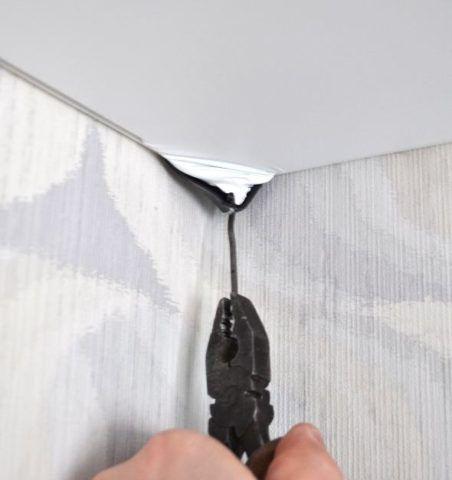 На фото - для демонтажа с угла потребуется небольшой крючок из стального прута