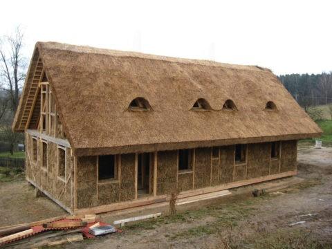 На фото – дом из соломы и глины