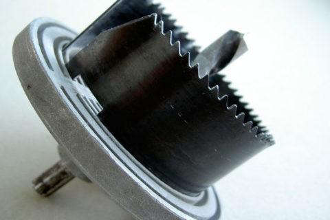 На фото — коронка для вырезания отверстий в гипсокартоне