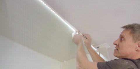 На фото — наклейка ленты подсветки в потолочную нишу