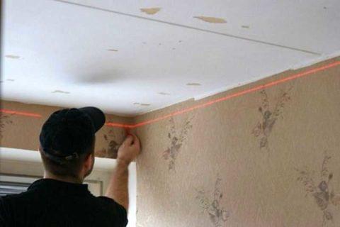 На фото – отбивка уровня для монтажа натяжного потолка