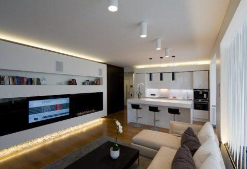 На фото — потолок с подвесными и накладными светильниками