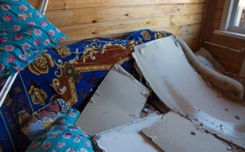 На фото — протекающая крыша привела к обрушению гипсокартонного потолка в доме