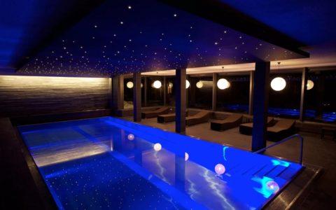 На фото бассейн под ночным небом