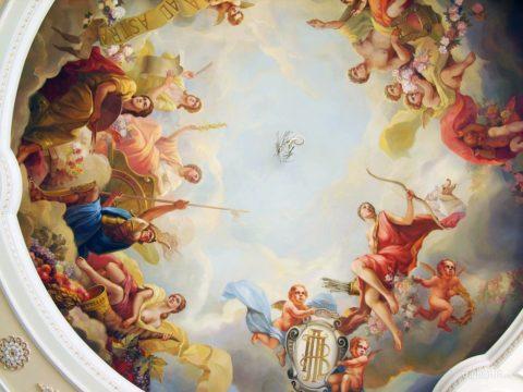 На фото изображена роспись потолка, которую под силу выполнить только профессиональному художнику