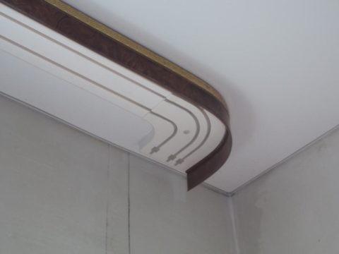 На фото натяжной потолок с карнизом, прикрепленным к скрытой закладной