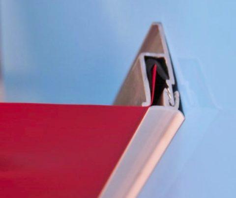 На фото пример фиксации пленки гарпунным способом