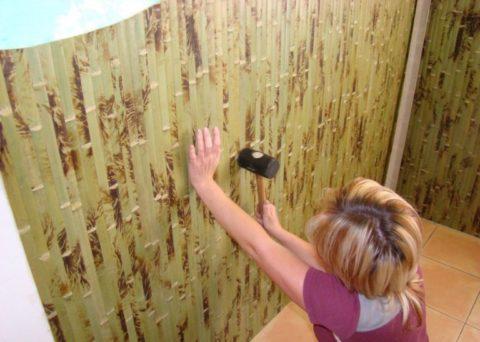 На потолок бамбуковые обои клеятся также как и на стену