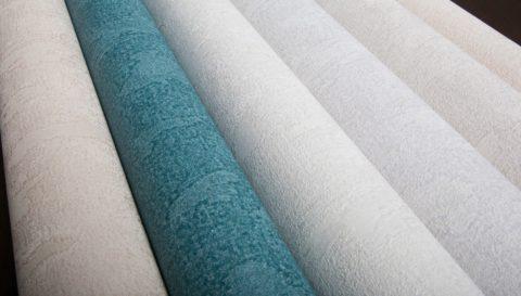 На потолок можно клеить и текстильные обои, подбирая их тон к покрытию стен