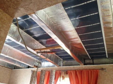 Над обогревателем смонтирован отражающий теплоизолятор