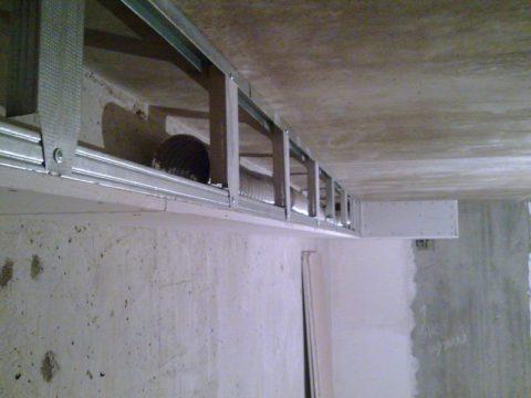 Над потолком могут быть проложены трубы