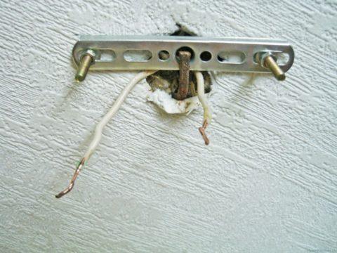 Надёжная фиксация крепёжной планки светильника