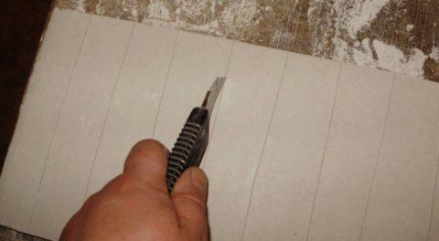 Надрезы делаются на четверть толщины ГКЛ