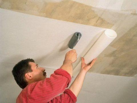 Наклеивание обоев на фанерный потолок