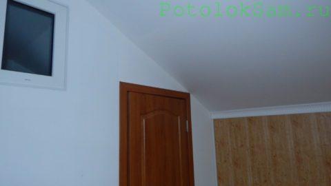 Наклонный потолок гостиной в мансарде подшит стеновым ГКЛ