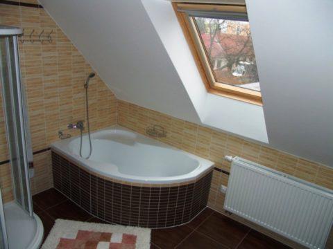 Наклонный потолок над ванной неизбежно покроется брызгами при приеме душа