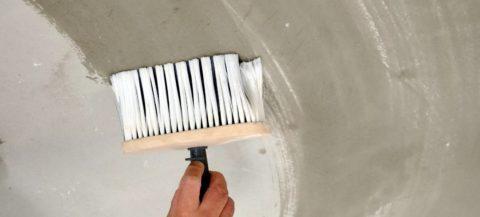 Нанесение грунта на потолок макловицей