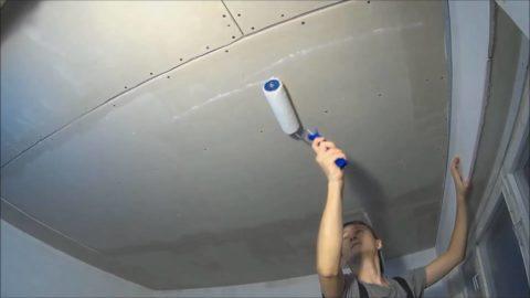 Нанесение грунтовки на гипсокартонный потолок
