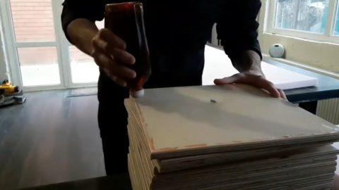 Нанесение клея на фанеру