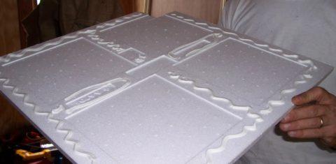 Нанесение клея на плитку