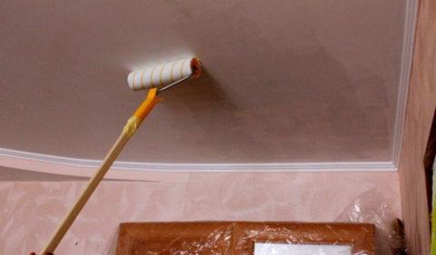 Нанесение на потолок грунтовки