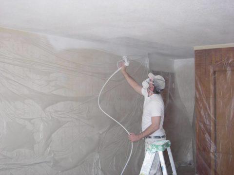 Нанесение побелки при помощи краскопульта позволяет равномерно распределить лакокрасочный состав по поверхности