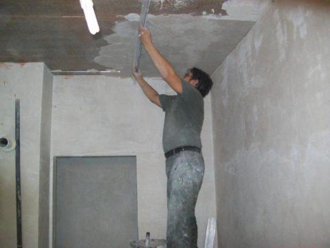 Нанесение штукатурки на цементной основе на потолок