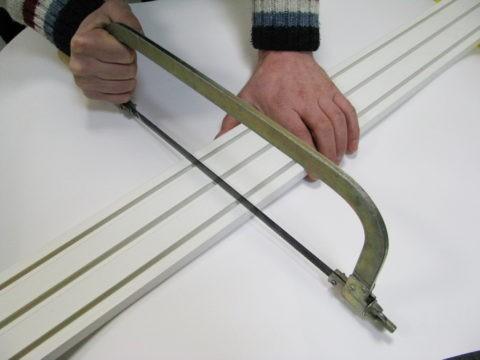 Нарезка в размер простой ножовкой по металлу.