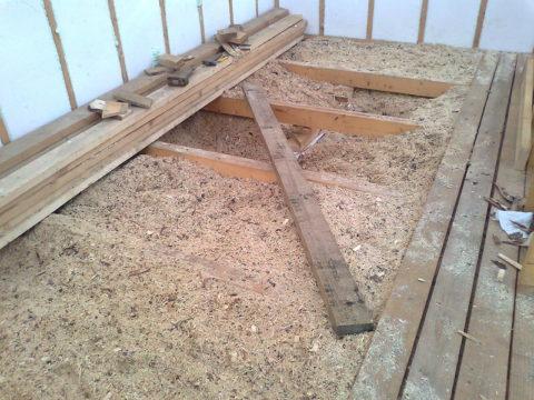Насыпное утепление деревянного перекрытия