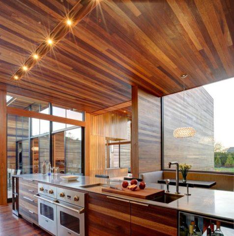 Натуральная древесина на потолке современной кухни