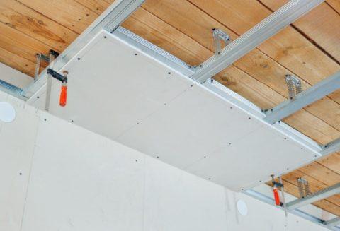 Натягивать потолки прямо под деревянным основанием не рекомендуется