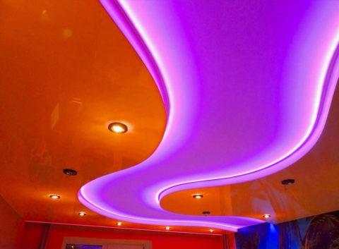 Натяжное полотно с глянцевой поверхностью будет выглядеть эффектнее при использовании диодной подсветки