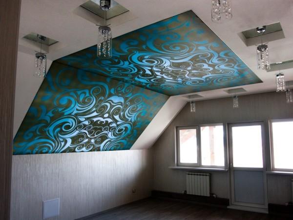 Натяжное полотно в комнате со скошенным потолком
