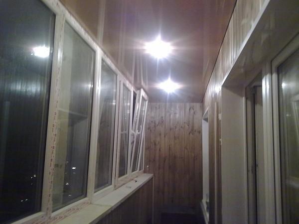 Натяжной потолок на балконе действительно может удивить многих.