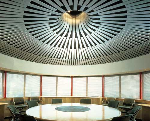 Радиально расходящиеся рейки потолка в зале для заседаний