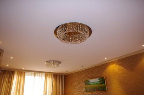 Натяжной потолок в сочетании с отделкой стен