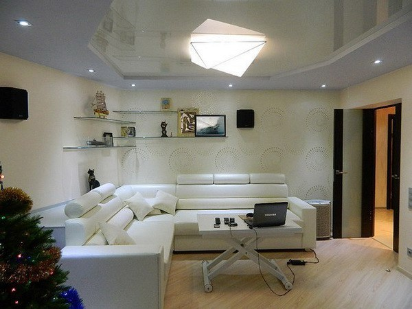 Глянцевый натяжной потолок оригинальной формы