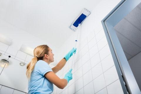 Натяжные потолки в ванной комнате можно мыть