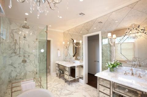 Небольшой плинтус в ванной с низкими потолками