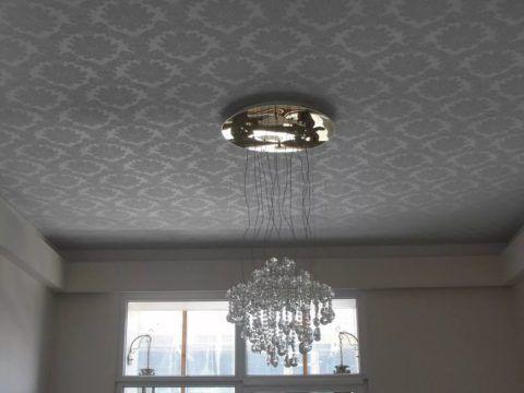 Неброский потолок с повторяющимися узорами