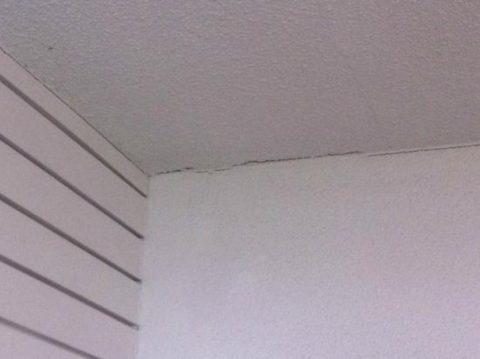 Некрасивые стыки между стенами и потолком