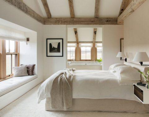 Необработанная древесина в интерьере спальни
