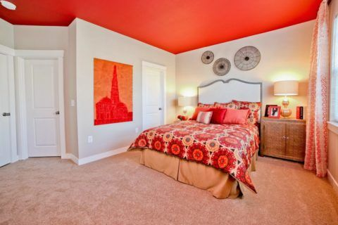 Необычно яркий потолок для спальни