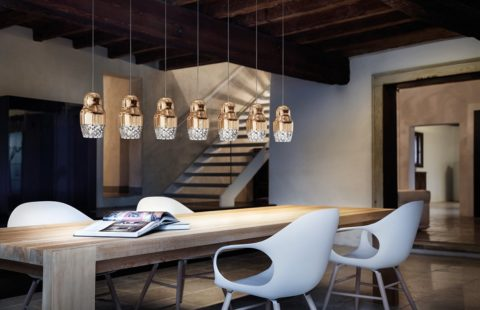 Несколько низко подвешенных одинаковых светильников – модная тенденция